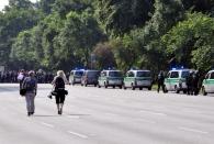 Fr 7.7. - Demonstranten rennen die Schröderstiftstraße herunter und die Polizei hinterher