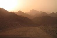 Die Hänge des Hadschar Gebirges durch meinen speziellen Sonnenfilter