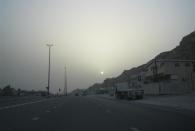 Sonnenuntergang im Dunst auf dem beleuchteten Highway