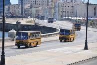Zu einem Friedenskonzert in Havanna werden per Bus gratis Leute aus den Nachbarstädten nach Havanna gefahren - man beachte die Masse an Bussen, locker über 40