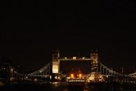 Tower Bridge bei Nacht von der London Bridge aus. Im Vordergrund rechts die HMS Belfast