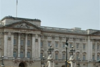 Kleiner Guard grüßt großen Palast