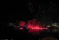 Mondnacht beim Alstervergnügen; Feuerwerk und Taucher mit Fackeln (Kamera: Canon Ixus 40)